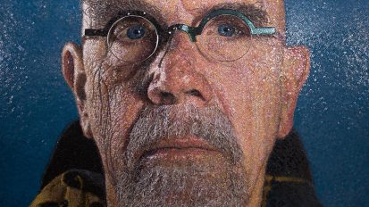 CHUCK CLOSE (Self Portrait Yellow Raincoat et Sienna)